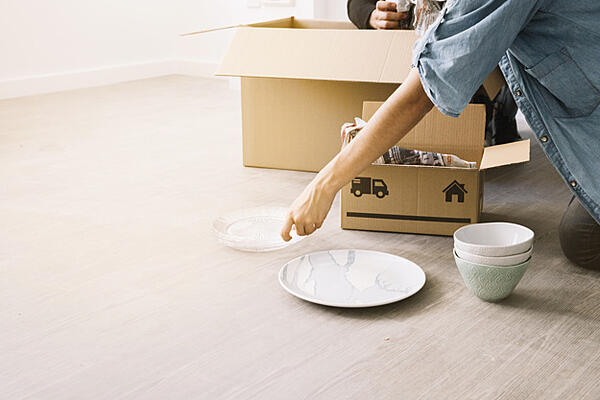 moving-concept-with-woman-boxes_23-2147703543