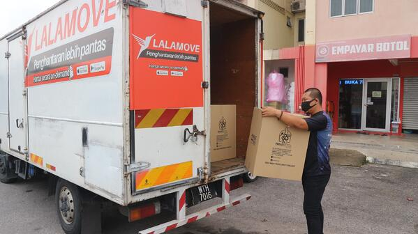Lorry delivery for packaging company-min